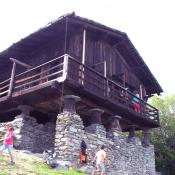 Architettura tradizionale valdostana, il raccard sospeso su colonne a fungo e muro in pietra