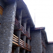 Muro rivestito, pilastri in cemento, travi in legno